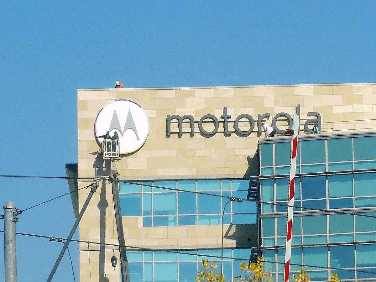 Motorola_Mobility_Logo_Being_Installed
