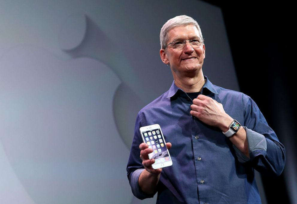 Tim Cook zeigt Apple Watch mit  iPhone6. (pd)